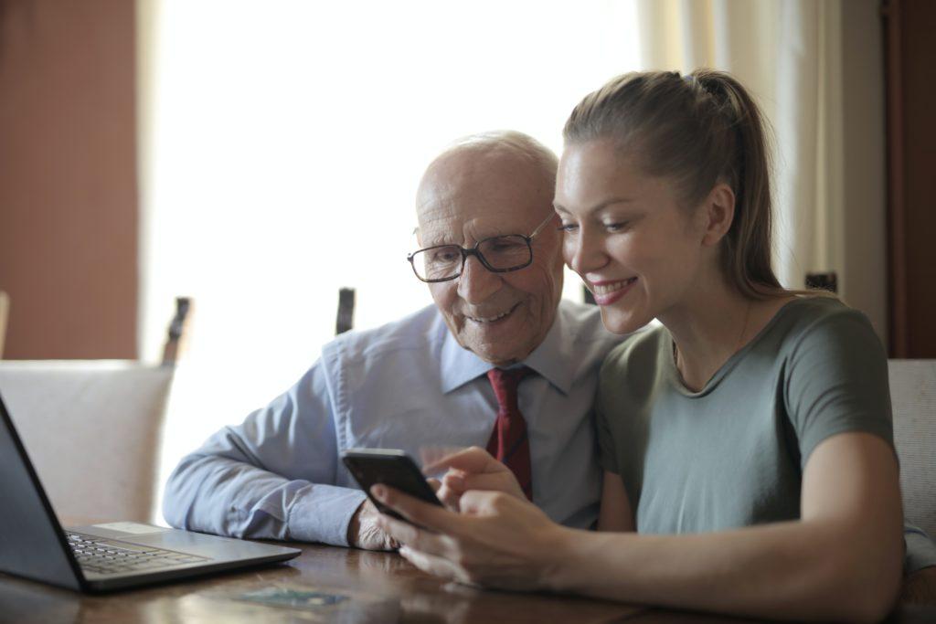 InterAges-senior-appartement-location-cohabitation-intergenerationnelle-jeune-seloger-famille-paris